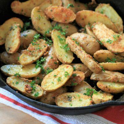 Запеченный картофель с чесноком и пармезаном - рецепт с фото