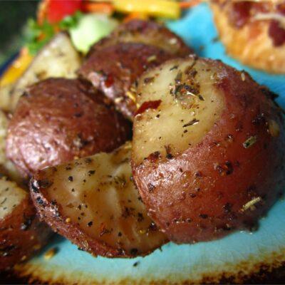 Запеченный красный картофель в духовке - рецепт с фото