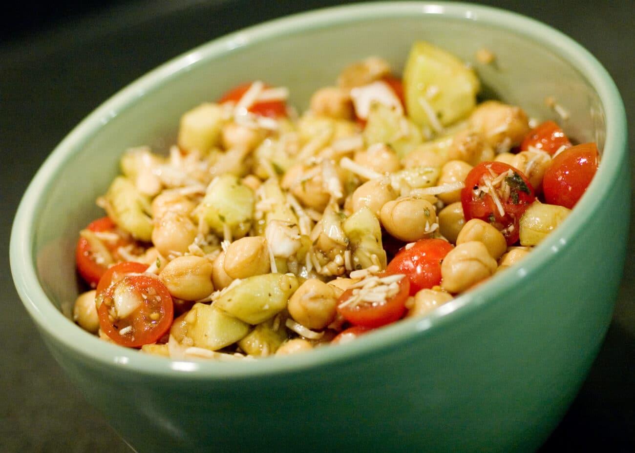 Салат из овощей и гороха