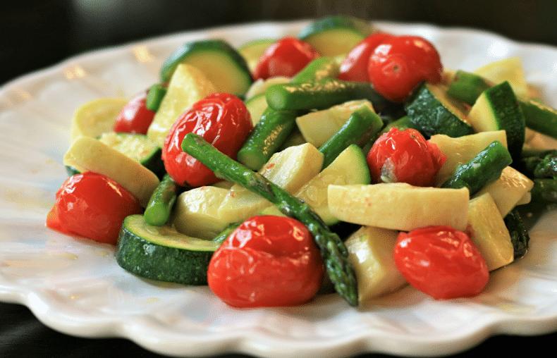 Запеченная спаржа, цукини и помидоры