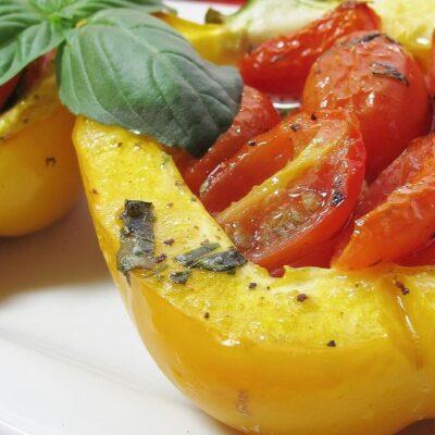 Фаршированный запеченный перец с помидорами - рецепт с фото