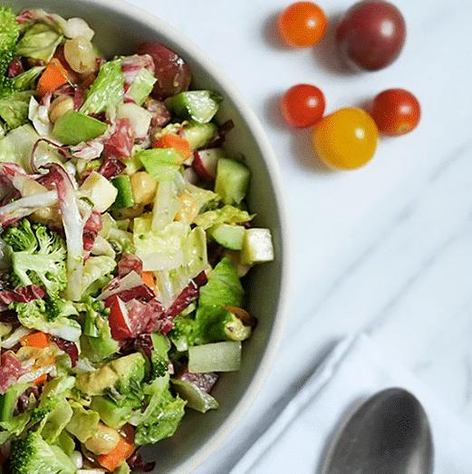 Салат с овощами, бобами и колбаской