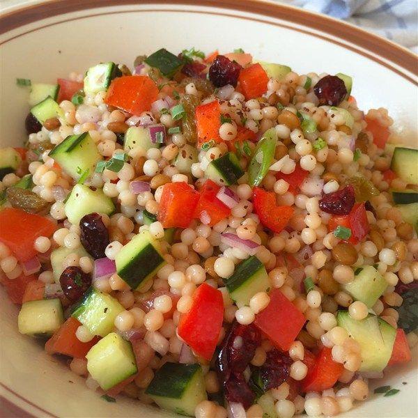 Салат с кускусом, чечевицей и овощами