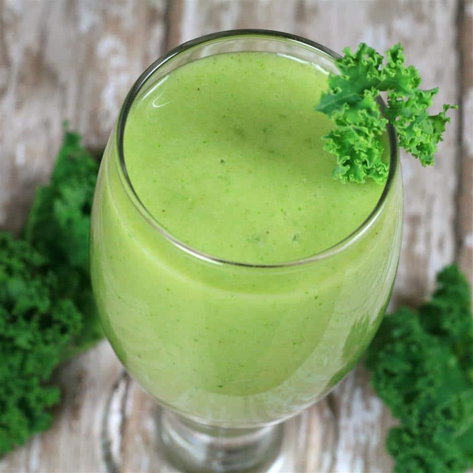 Зеленый смузи из авокадо и банана