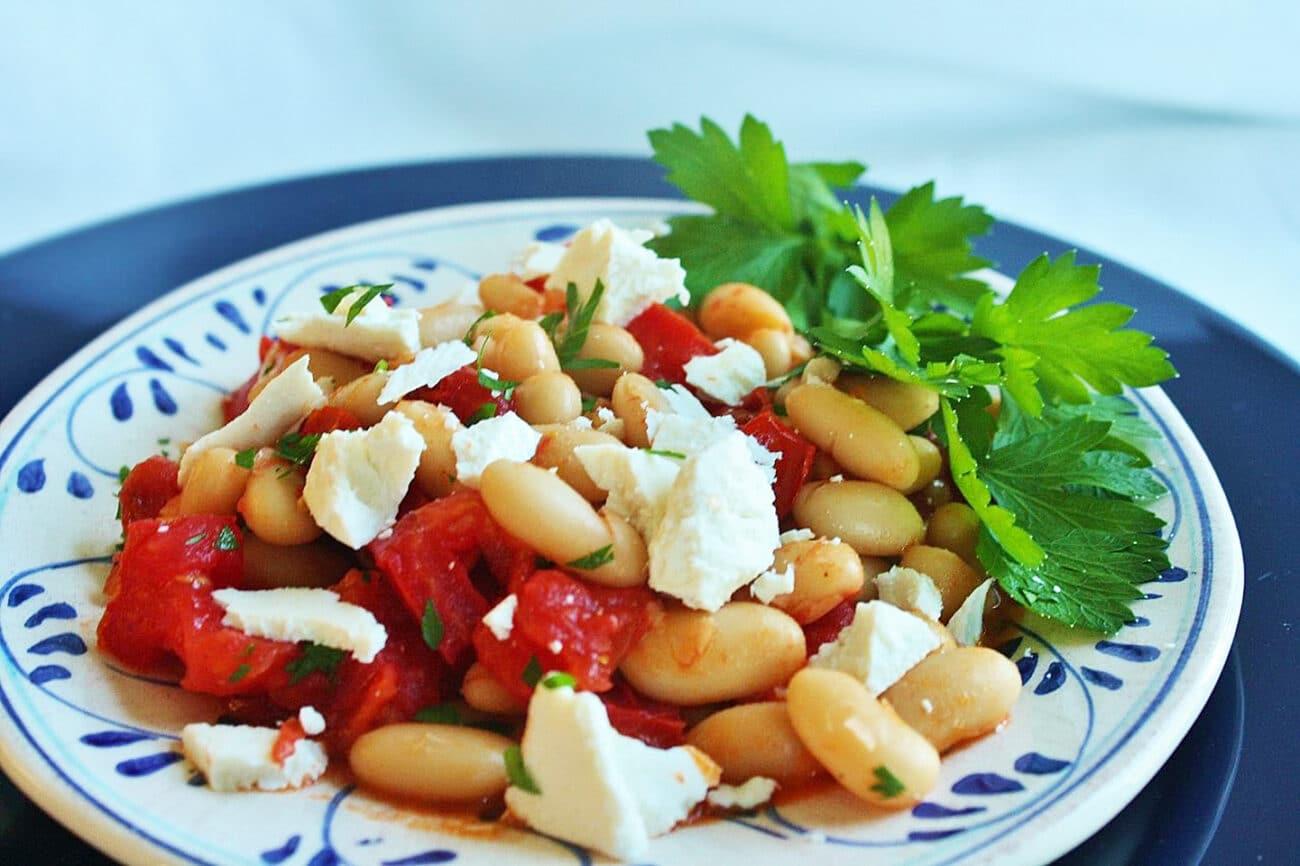 Теплый салат из фасоли и помидоров