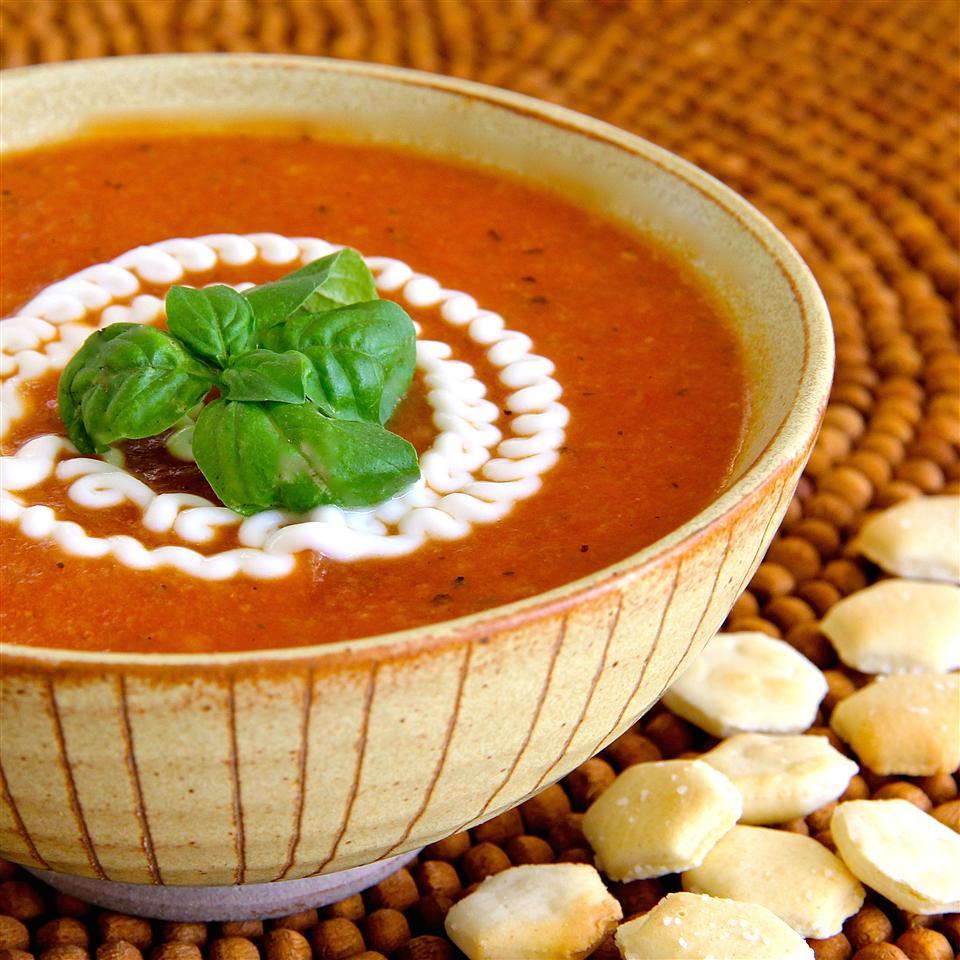 Томатный суп с чесноком и базиликом