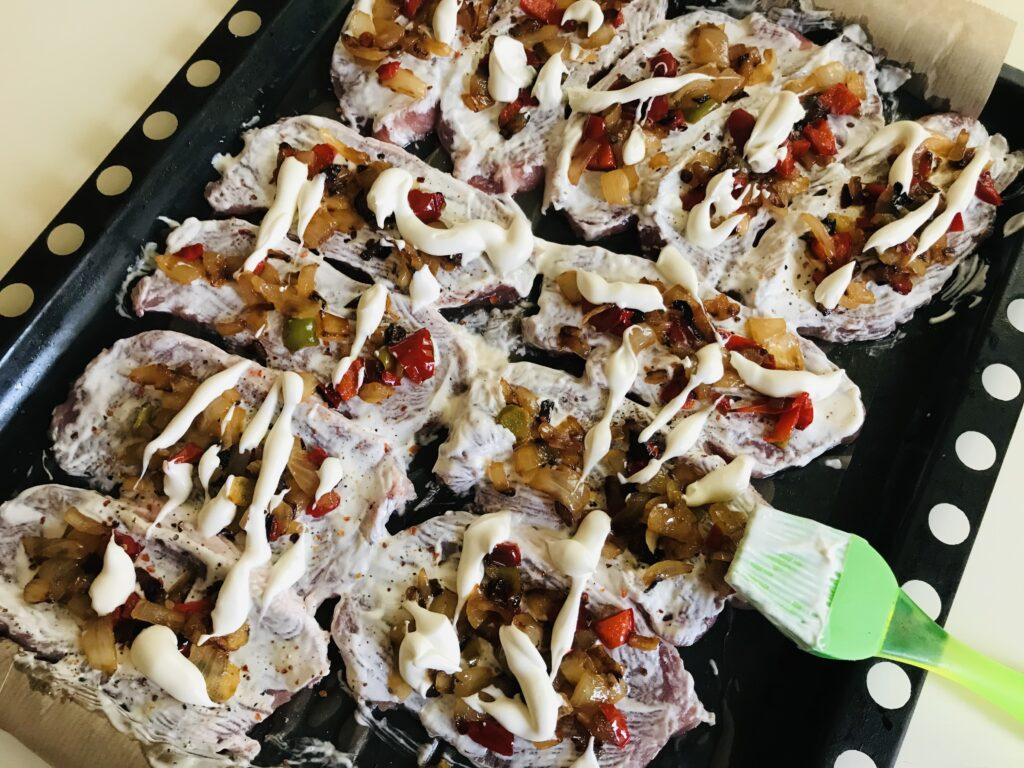 Фото рецепта - Запечённые отбивные из свинины с луком и болгарским перцем - шаг 4