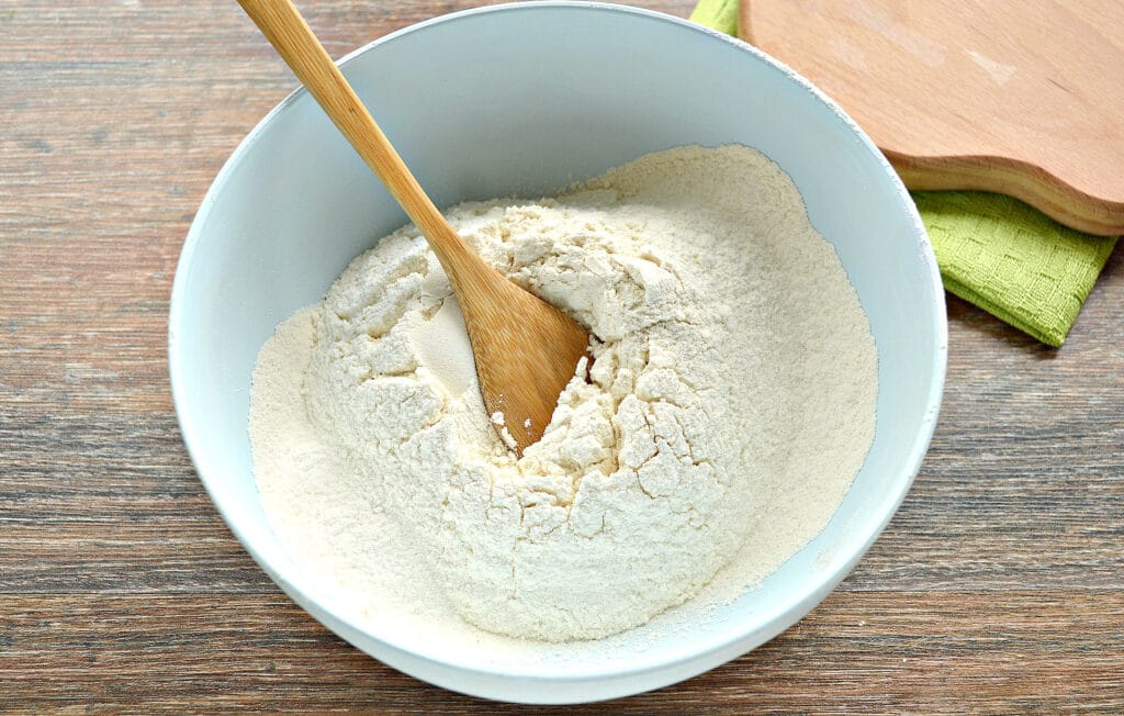 Фото рецепта - Тесто для вареников на молоке (с уксусом) - шаг 1
