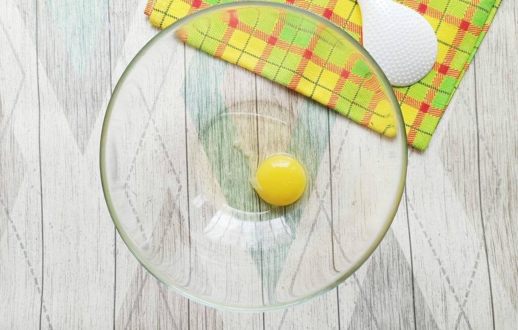 Фото рецепта - Домашние блинчики с творогом и изюмом - шаг 1