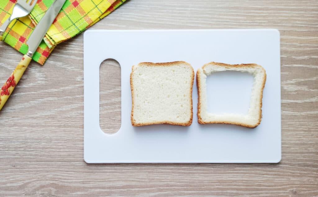 Фото рецепта - Сэндвич с яйцом и плавленым сыром - шаг 1