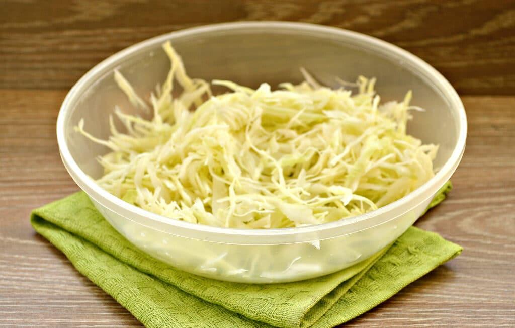 Фото рецепта - Капустный салат с кукурузой и пикантной заправкой - шаг 1