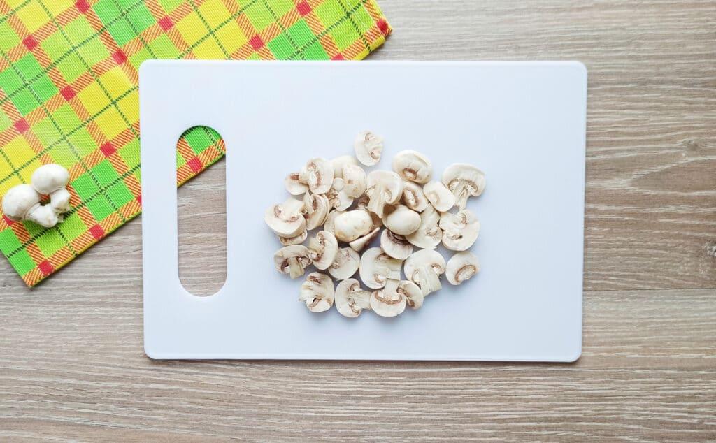 Фото рецепта - Яичница с шампиньонами и колбасой - шаг 1