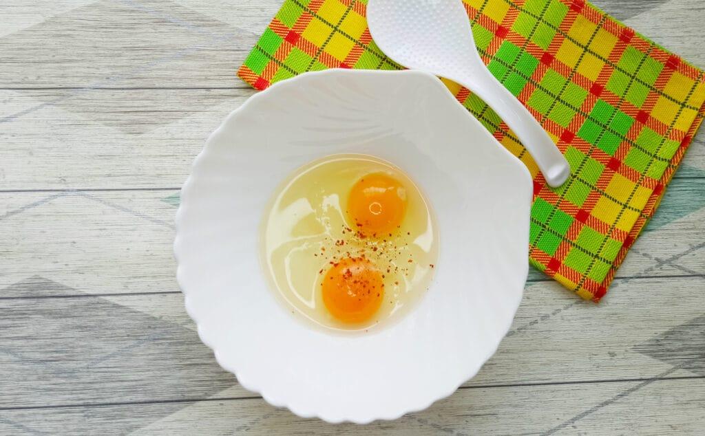Фото рецепта - Горячий бутерброд с яйцом и сыром - шаг 1