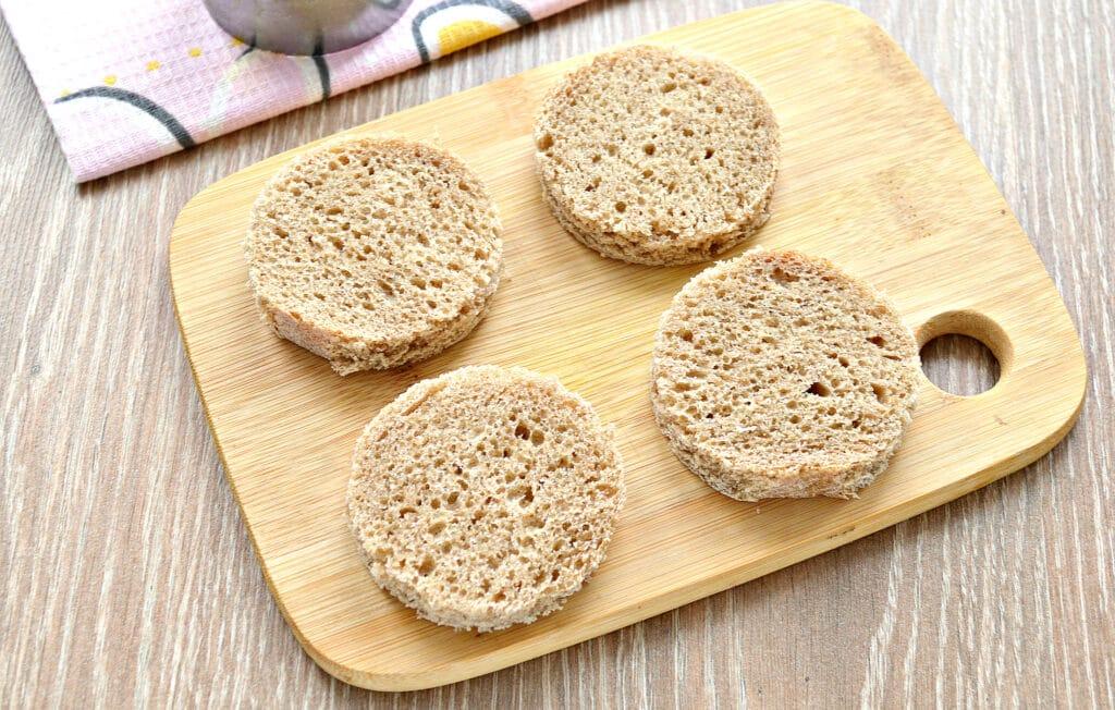 Фото рецепта - Бутерброды с икрой и черри - шаг 1