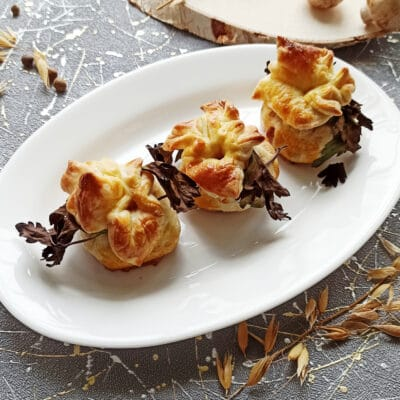 Курица с грибами в мешочках из слоеного теста - рецепт с фото
