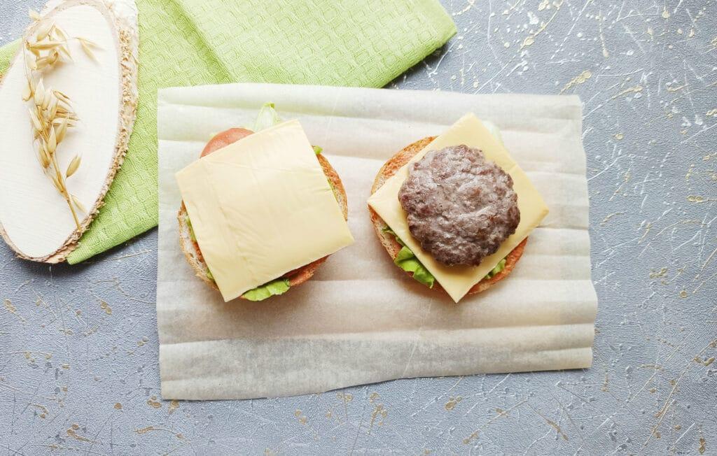 Фото рецепта - Домашний бургер с говяжьей котлетой - шаг 10