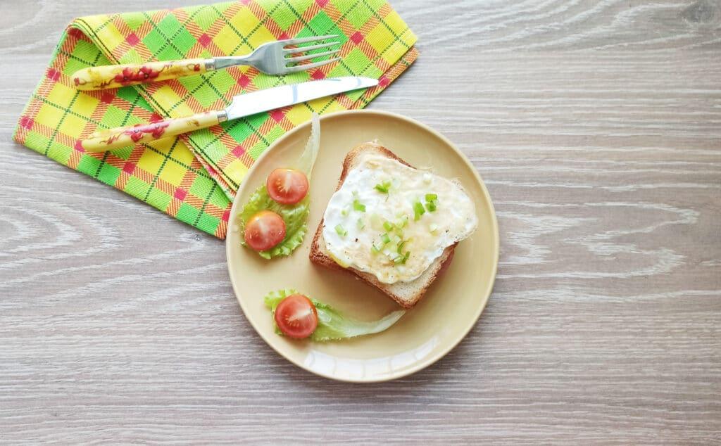 Фото рецепта - Сэндвич с яйцом и плавленым сыром - шаг 9