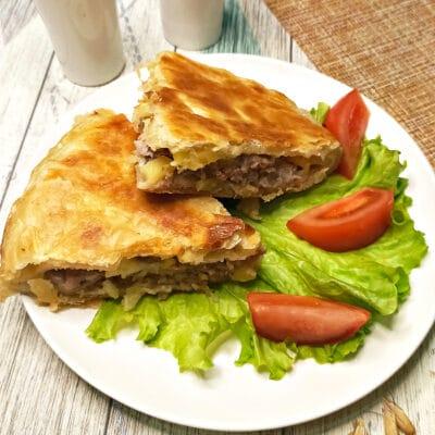 Пирог из слоеного теста с картофелем и фаршем в мультиварке - рецепт с фото