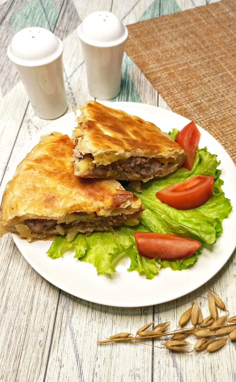 Пирог из слоеного теста с картофелем и фаршем в мультиварке