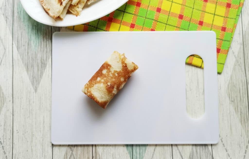 Фото рецепта - Домашние блинчики с творогом и изюмом - шаг 12