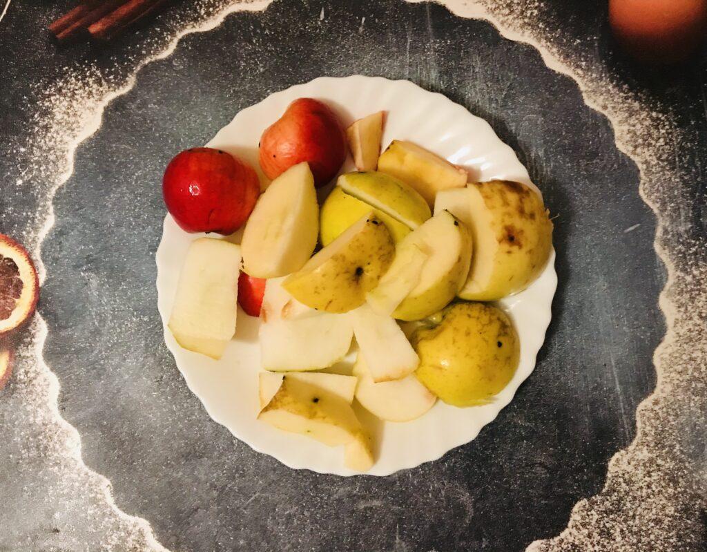 Фото рецепта - Домашний компот из яблок, малины и красной смородины - шаг 2