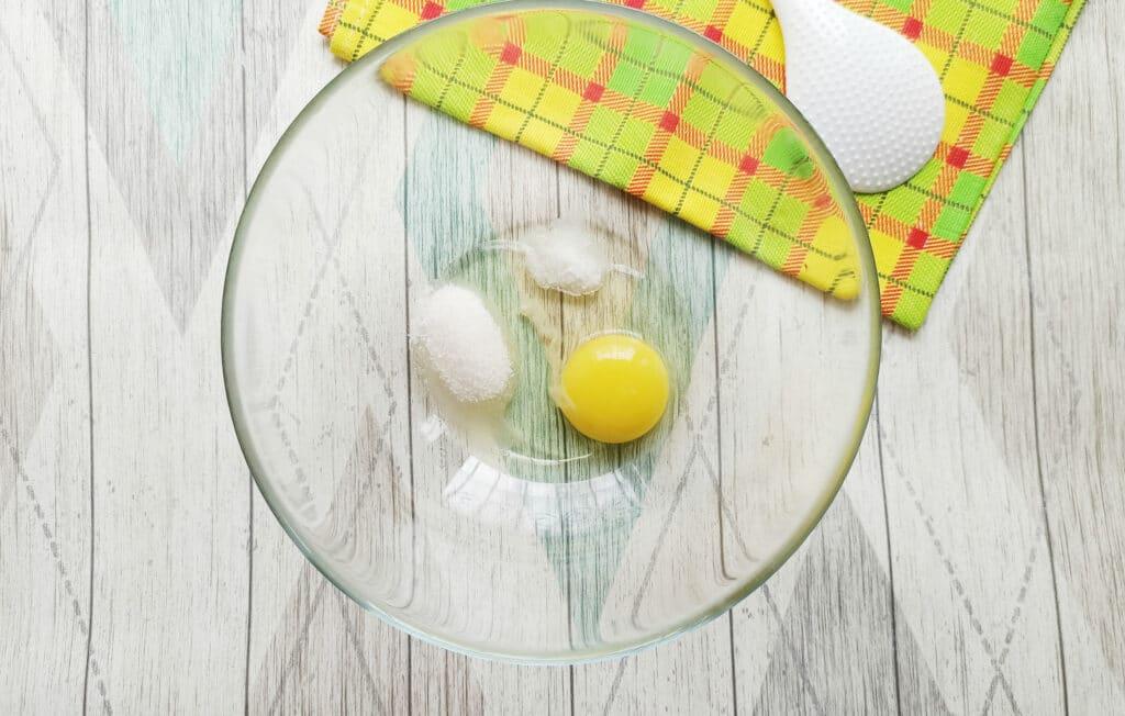 Фото рецепта - Домашние блинчики с творогом и изюмом - шаг 2