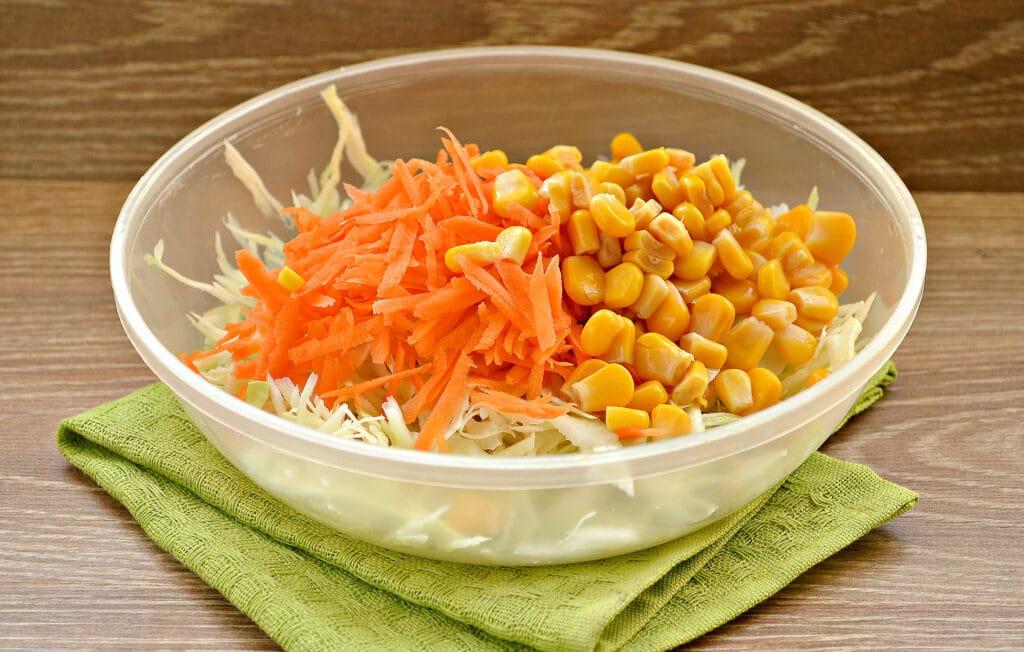 Фото рецепта - Капустный салат с кукурузой и пикантной заправкой - шаг 2