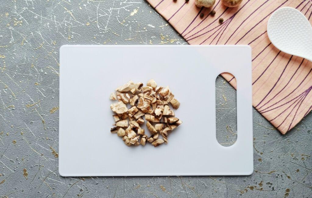 Фото рецепта - Курица с грибами в мешочках из слоеного теста - шаг 2