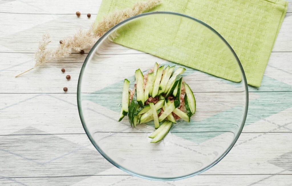 Фото рецепта - Салат с консервированным тунцом и сыром - шаг 2