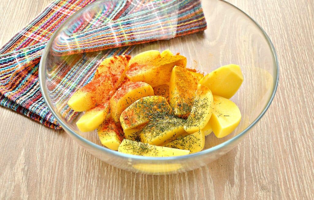 Фото рецепта - Запеченный картофель со сметаной в духовке - шаг 2