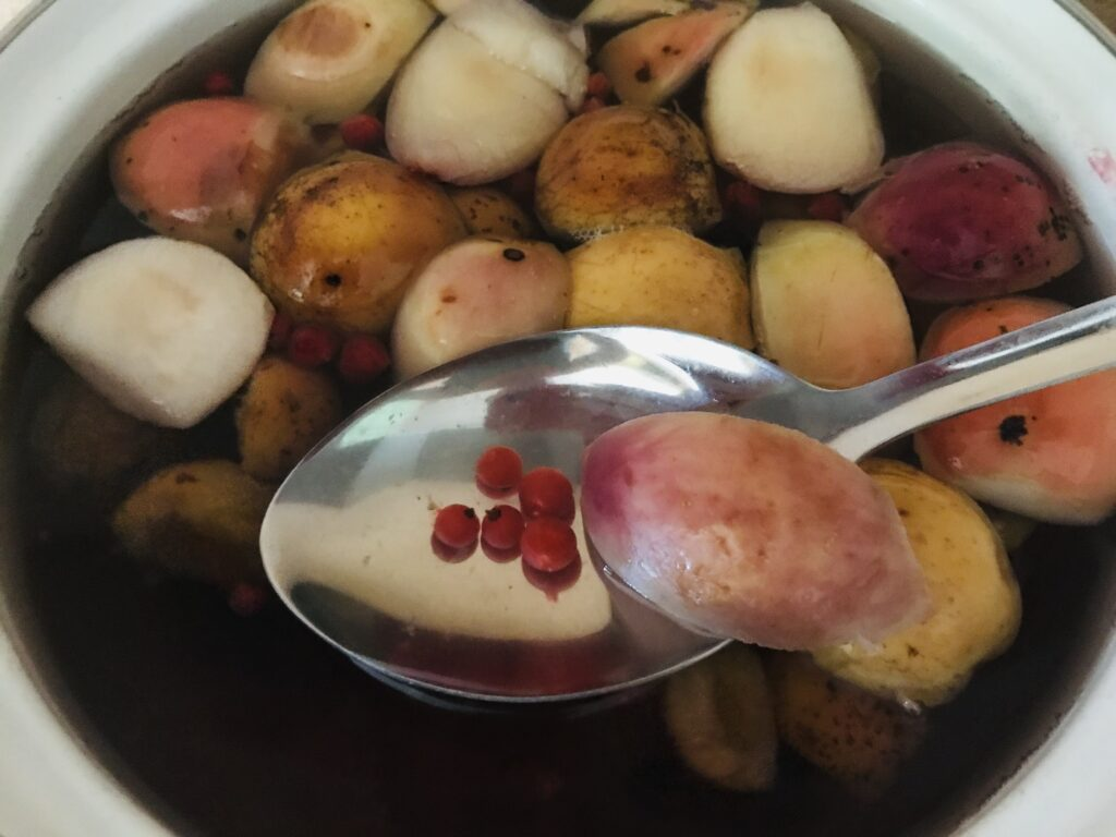 Фото рецепта - Компот из свежих яблок, замороженных абрикосов и смородины - шаг 4