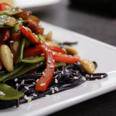 Жаркое с курицей, овощами и лапшой - рецепт с фото