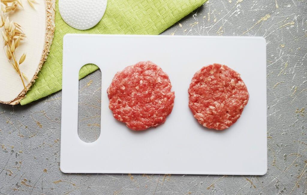 Фото рецепта - Домашний бургер с говяжьей котлетой - шаг 3