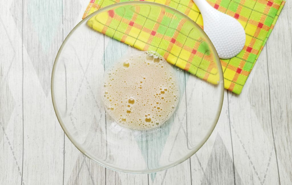 Фото рецепта - Домашние блинчики с творогом и изюмом - шаг 3