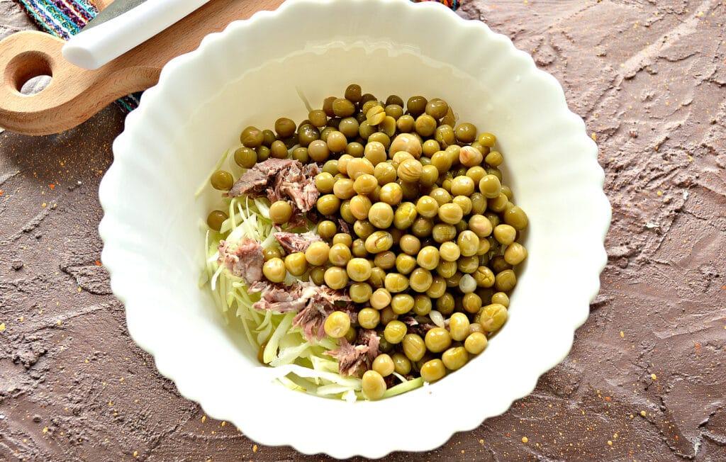 Фото рецепта - Мясной салат с капустой и горошком - шаг 3