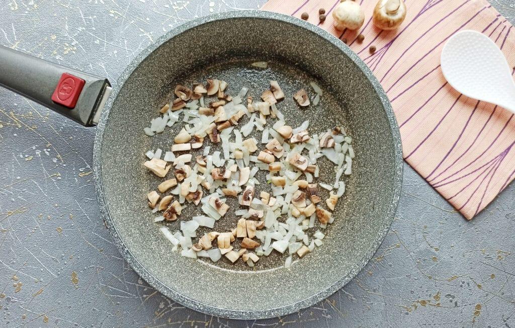 Фото рецепта - Курица с грибами в мешочках из слоеного теста - шаг 3