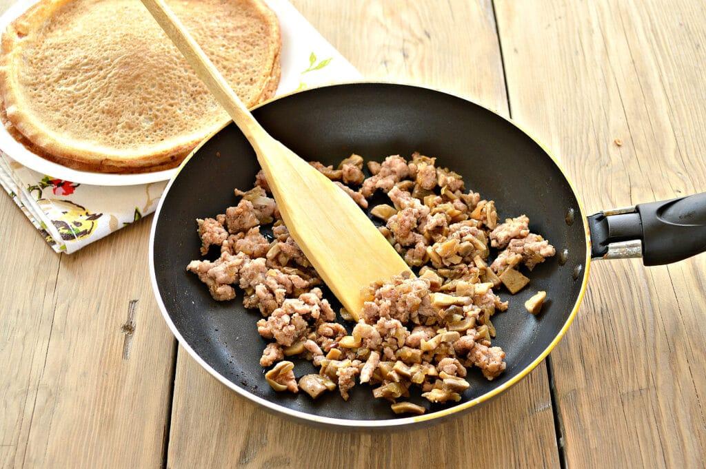 Фото рецепта - Блины, фаршированные грибами и фаршем - шаг 3