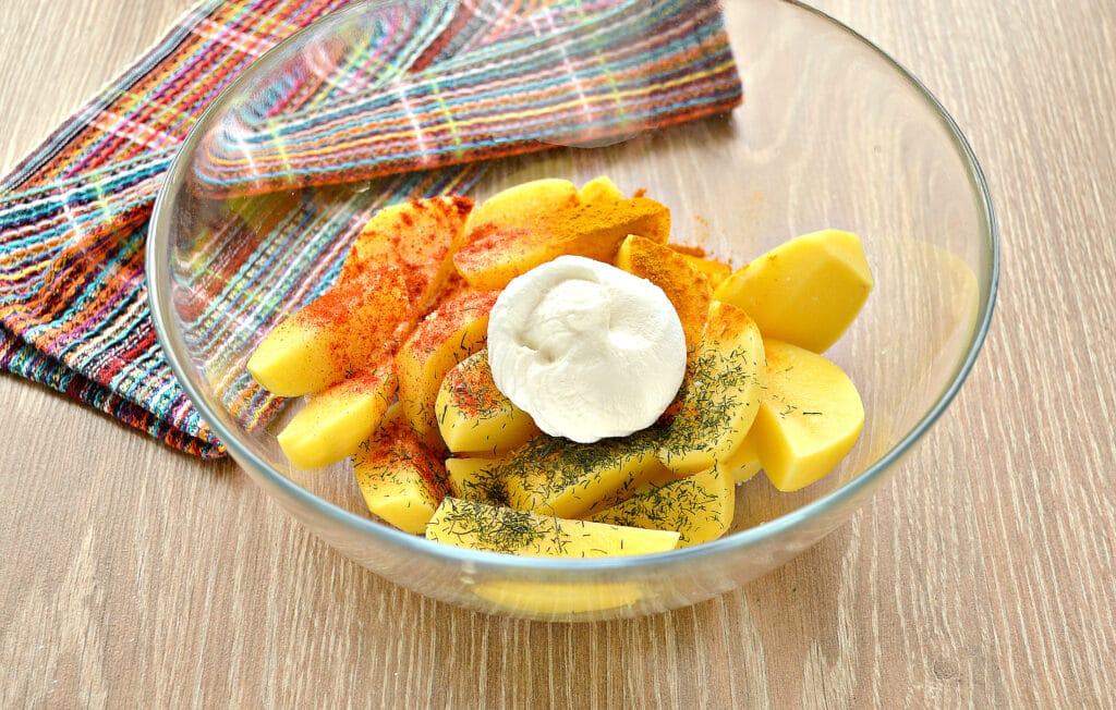 Фото рецепта - Запеченный картофель со сметаной в духовке - шаг 3