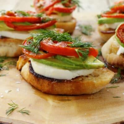 Кростини с сыром, помидорами и авокадо - рецепт с фото