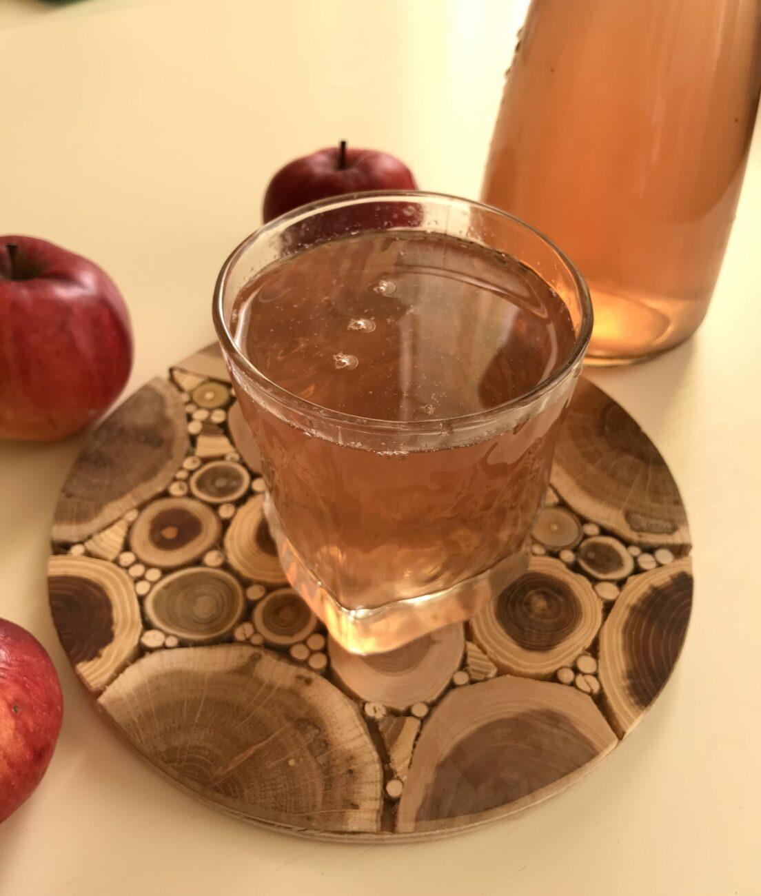 Компот из свежих яблок, замороженных абрикосов и смородины