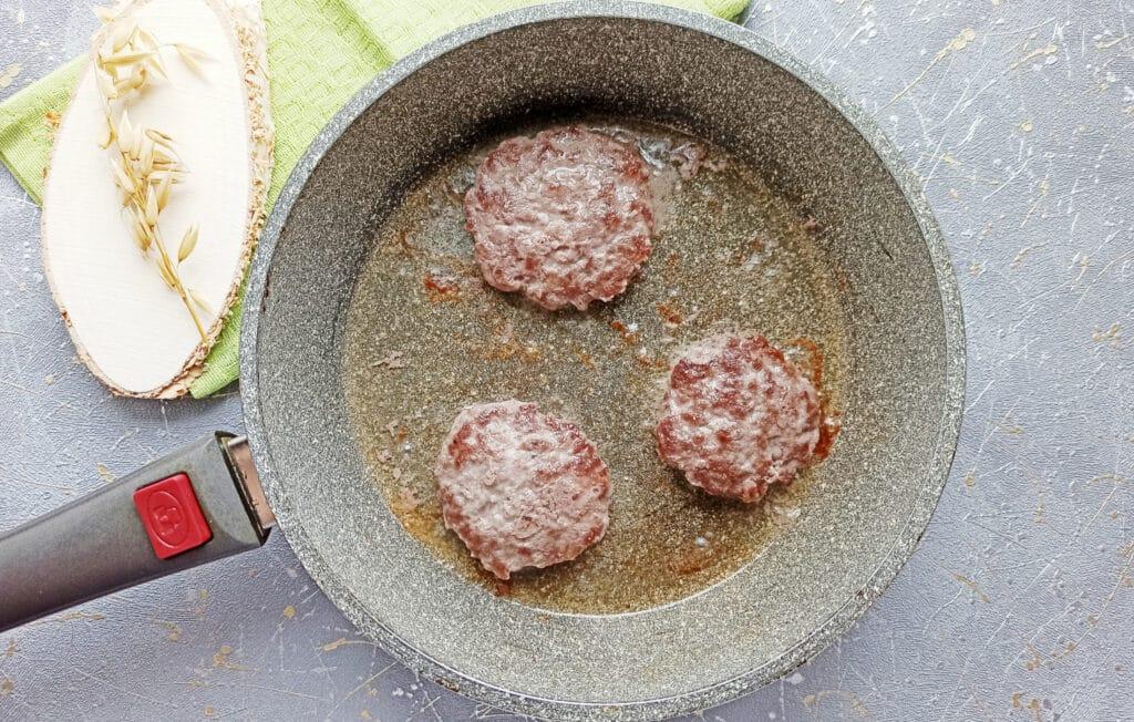 Фото рецепта - Домашний бургер с говяжьей котлетой - шаг 4