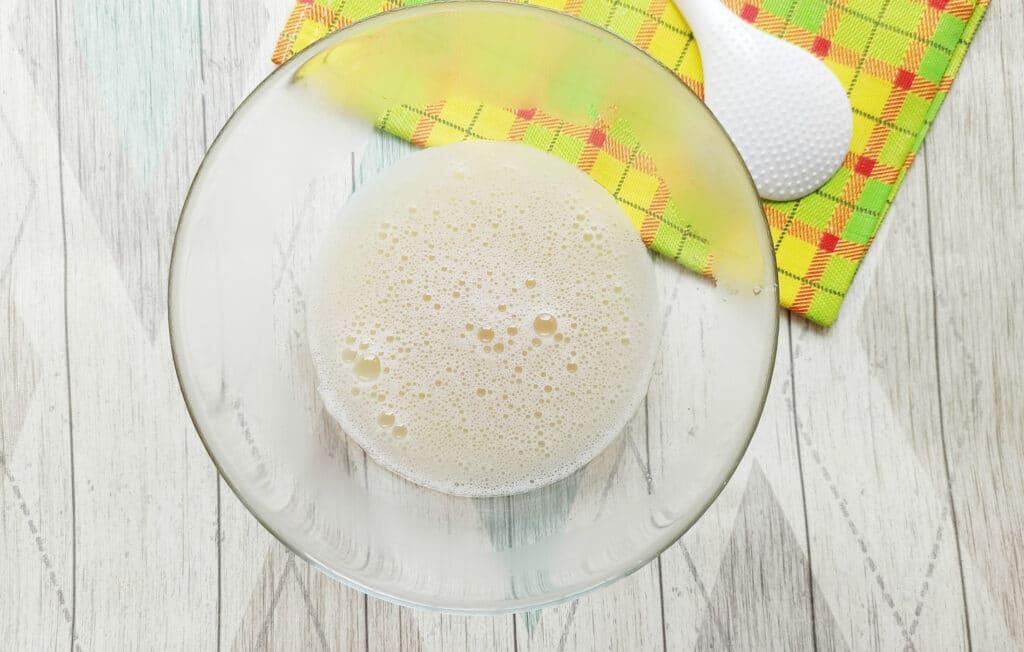 Фото рецепта - Домашние блинчики с творогом и изюмом - шаг 4