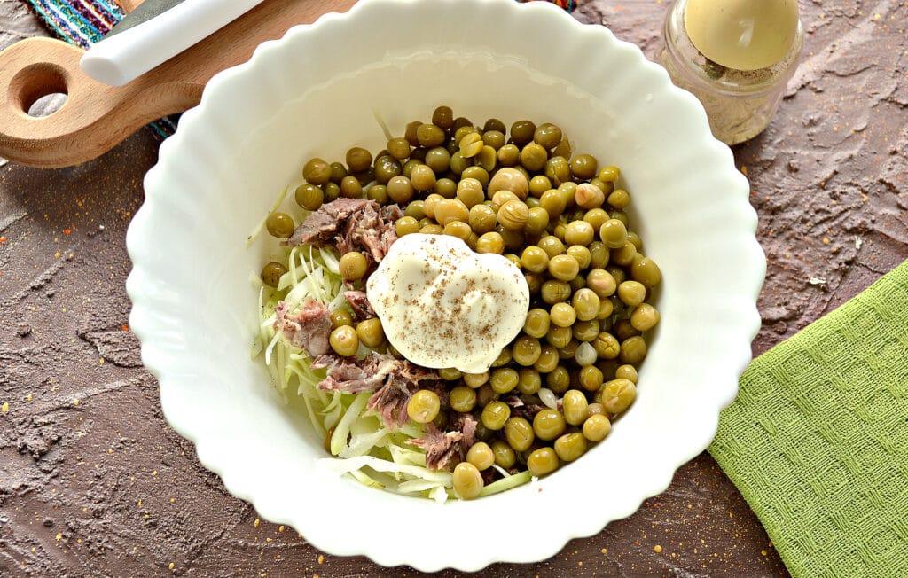 Фото рецепта - Мясной салат с капустой и горошком - шаг 4