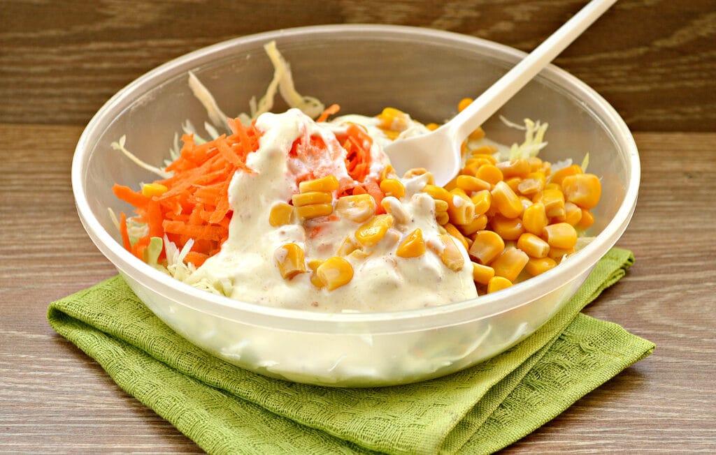Фото рецепта - Капустный салат с кукурузой и пикантной заправкой - шаг 4
