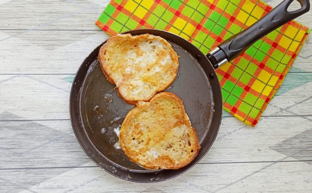 Фото рецепта - Горячий бутерброд с яйцом и сыром - шаг 4