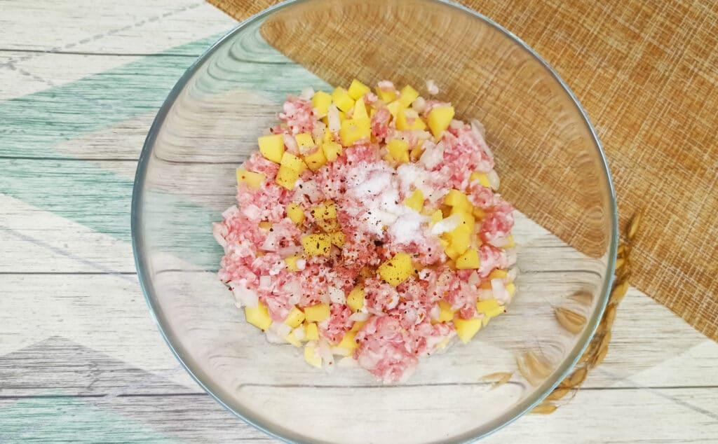 Фото рецепта - Пирог из слоеного теста с картофелем и фаршем в мультиварке - шаг 4