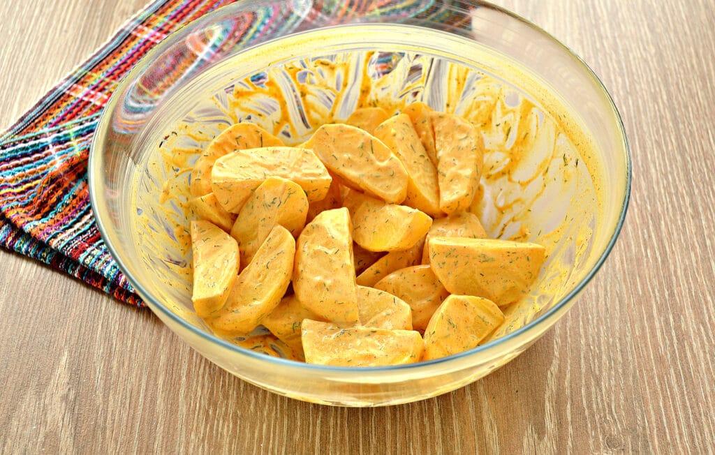 Фото рецепта - Запеченный картофель со сметаной в духовке - шаг 4
