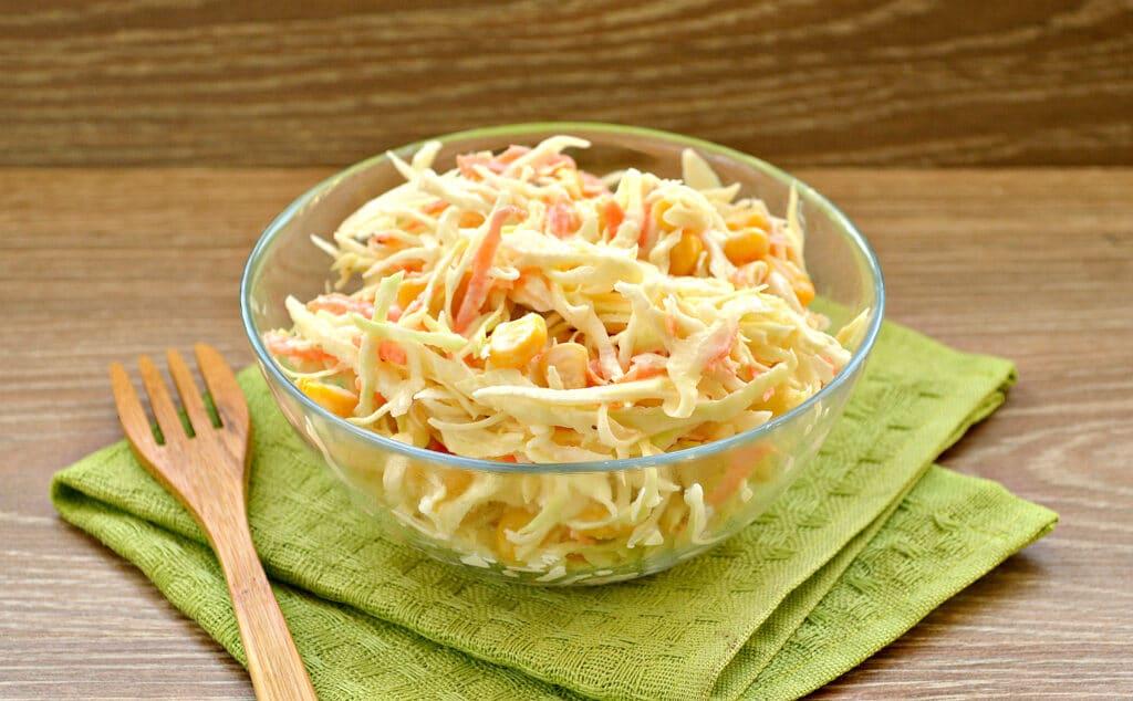 Фото рецепта - Капустный салат с кукурузой и пикантной заправкой - шаг 5
