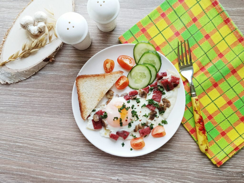 Фото рецепта - Яичница с шампиньонами и колбасой - шаг 5