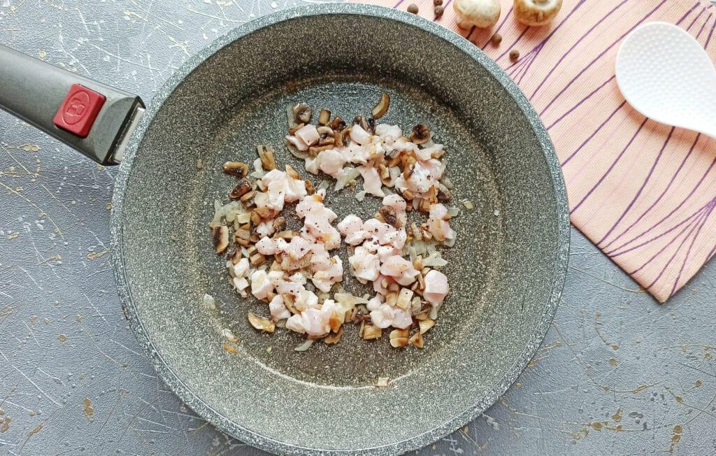 Фото рецепта - Курица с грибами в мешочках из слоеного теста - шаг 5
